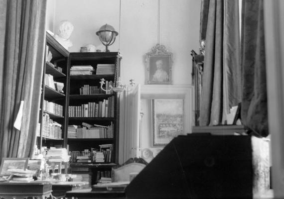 Szoba egy igazi, régi magyar kastélyban. Soponya-Nagylángon, a Zichy-kastély dolgozószobájának falai között készült a fotó 1902-ben.
