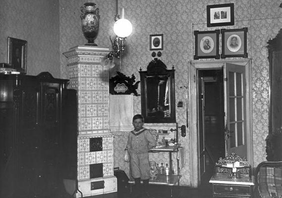 Cserépkályha, míves bútorok és dísztárgyak - lakásbelső az 1900-as évek elejéről.