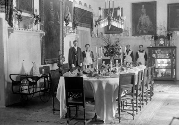 Ebédlő egy kastélyban, 1922-ben.