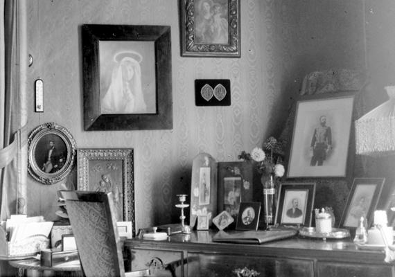 A vallásnak és a családnak központi szerepe volt a lakásdekorációban.