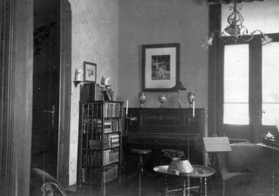 A polgári lakások jellemző eleme volt a zongora.