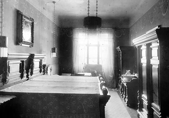 Egyszerű, mégis tekintélyt parancsoló ez a hálószoba. A kép 1911-ben készült.