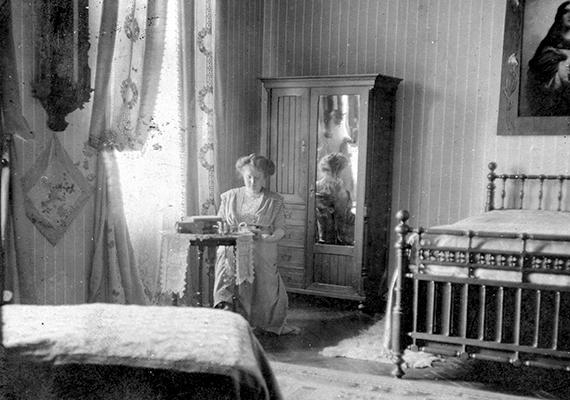 Az 1915-ös fotó egy veszprémi, Rákóczi utcai lakás hálószobájában készült.