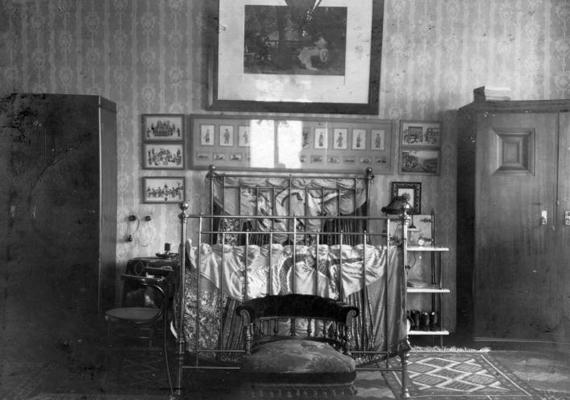Hálószoba 1920-ból, melynek berendezése középosztálybeli család otthonára utal.
