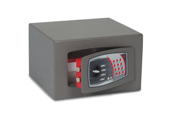 A Technomax egy másik szériája, az SMTO egy C kategóriás bútorszéf, melynek zárszerkezete fúrás ellen is véd. A hat literes űrtartalommal rendelkező darab szintén kivehető polccal rendelkezik, ára 53 850 forint. A terméket itt rendelheted meg.