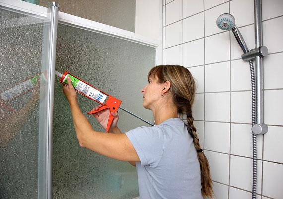 A fürdőszobában található szilikonborítás a penész melegágya lehet. Ha elfeketedett, akkor gyanakodhatsz a gombára.