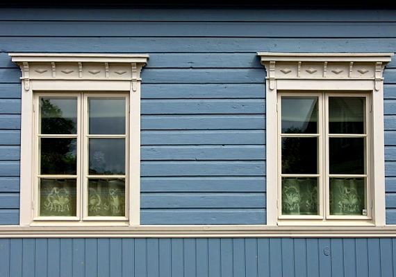 Az ablaküvegen keresztül tízszer annyi meleg szökik ki a lakásból, mint a falakon át, azonban ezt mérsékelheted, ha ablakra ragasztható, hőszigetelő fóliát szerzel be. Három-négyezer forint körüli áron kapható.