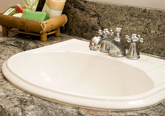 A fürdőszobánál maradva, a csepegő csapra is ügyelni kell. Bár ennyitől a vízóra nem kezd forgásba, de egy nap alatt a cseppek miatt több liter víz is lefolyhat teljesen feleslegesen.