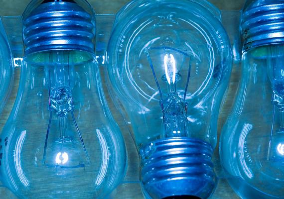 A dolgozószobában elengedhetetlen a jó megvilágítás, azonban a hálóban és más helyiségekben kisebb fogyasztású égő is megteszi, ha ugyanis feleslegesen használsz energiaigényes változatokat, jelentősen növelheted a villanyszámlát. Ha teheted, válts energiatakarékos izzókra.