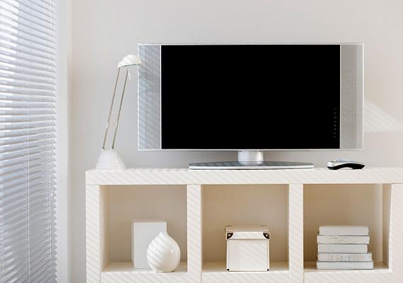 Az elektromos készülékek stand by üzemmódja több áramot fogyaszt, mint gondolnád, az egyes berendezések egyenként talán kicsi fogyasztása ugyanis összeadódik. Lehetőleg mindig kapcsold ki a tévét vagy épp a hifit, ha hosszabb időre mész el otthonról, mindenképp áramtalanítsd.