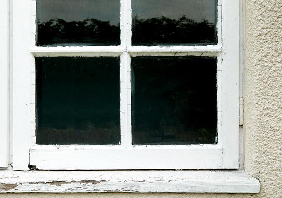 Ha már fűtesz, a huzatos ablakok miatt rengeteg energiát fizethetsz ki feleslegesen, ezért próbáld meg minél inkább szigetelni a nyílászárókat. Használj például huzatfogó párnát vagy felragasztható szigetelőcsíkot.