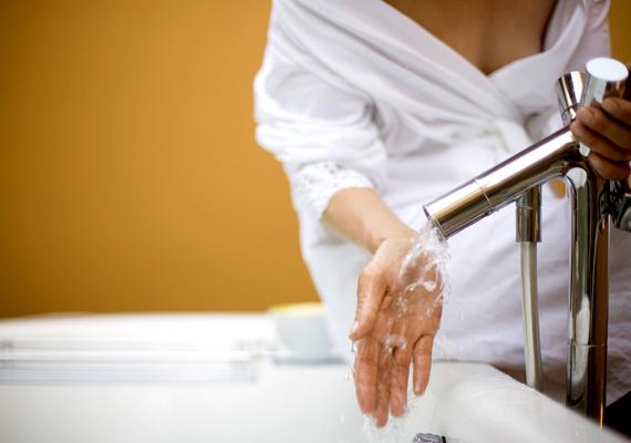 Bármilyen jólesik hosszan melegedni a zuhany alatt, ha hosszú percekig vagy akár fél órán át állsz a víz alatt, az többe kerül majd, mint egy forró vízzel félig teleengedett kád. Ha mégis a zuhanyzás mellett maradnál, érdemes energiatakarékos zuhanyfejre váltanod, mely levegővel dúsítja a vizet, ezáltal kisebb fogyasztás mellett is ugyanannyinak érzed majd azt.