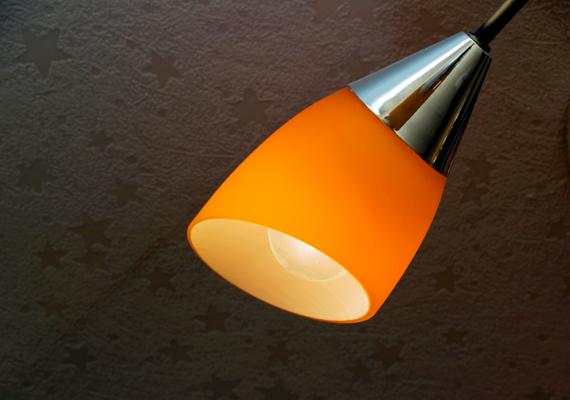 A korai sötétedés miatt korábban kell felkapcsolni a lámpákat, azonban fontos, hogy e téren se pazarolj. Régi tévhit, hogy a lámpa felkapcsolása több energiát emészt fel, mint az, ha állandóan égne - ez csak kis időintervallumon belül igaz -, ezért mindig kapcsold le, ha kimész egy helyiségből. Emellett érdemes energiatakarékos vagy ledes izzóra váltani.