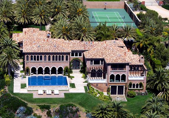 Cher óceánra néző malibui otthona igazi mediterrán hacienda.