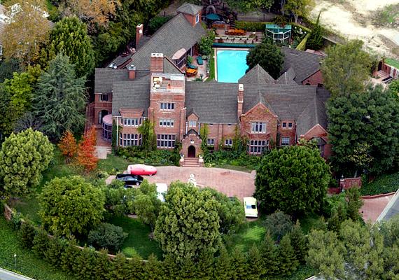 Nicholas Cage adósságai miatt kénytelen volt eladni ingatlanjait, csak ez a Beverly Hills-i háza maradt meg.