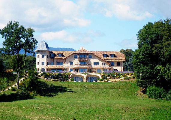 A híres autóversenyző, Michael Schumacher glandi háza nem messze található Genftől.