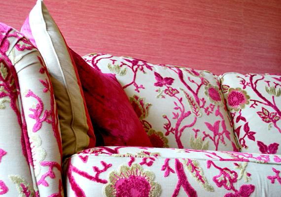 Érdemes alkalomadtán a bútorokat is elhúzogatni a por és a pókhálók miatt, emellett az ülőgarnitúra és a kanapé egyes részeit is célszerű széthajtani és kitakarítani.
