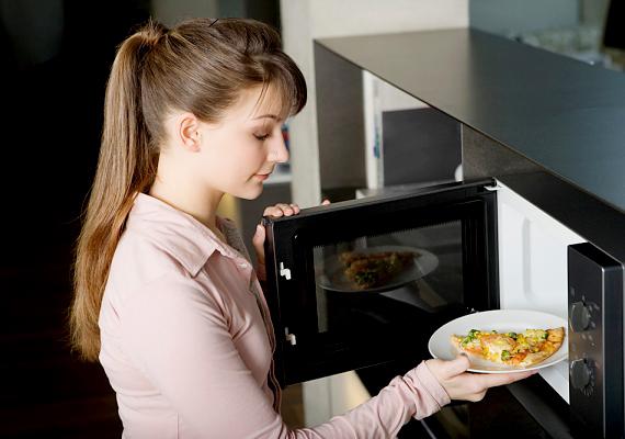A mikrosütő is könnyen beszennyeződhet, érdemes áttörölni és szagtalanítani minden olyan használat után, mikor például húsokat vagy nagyobb adag ételt melegítettél benne.