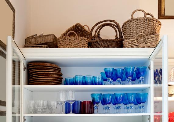 Azokat a helyeket is könnyű elfelejteni, melyek a szemmagasságon felül esnek, így a polcok, szekrények vagy épp a hűtő tetejét, illetve a szoba könnyen pókhálósodó sarkait.