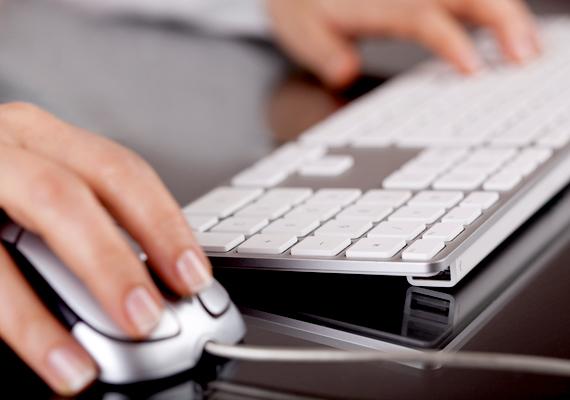 A számítógép is könnyen piszkolódhat rendszeres használat mellett, ha pedig nem ülsz le mellé mindennap, a por nehezítheti meg a dolgod. Ezt se hagyd ki a rendszeres takarítás során.