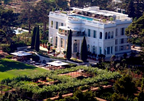 A francia Riviérán egy kastélyt tudhat a magáénak, a Château de la Croë Nizza és Cannes között található.