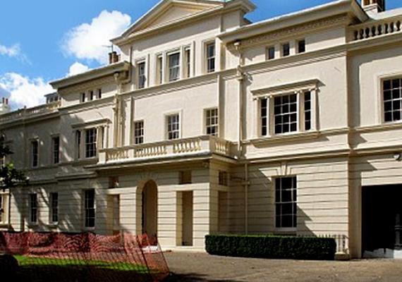 Angliában több ingatlant is a magáénak tudhat, az egyik leghíresebb és legdrágább ezek közül London legelőkelőbb részén, a Kensington Palace Gardens területén található.
