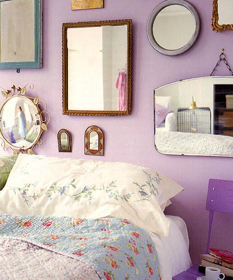 Különleges tükrökHa az ágy mögötti falra kerülnek a tükrök, nem zavarnak a nyugodt pihenésben, viszont a szobába lépve azonnal magukra irányítják a figyelmet. Válassz különleges, össze nem illő vagy éppen nagyon régi kereteket, így egyszerre teremthetsz eklektikus és romantikus hangulatot a hálóban.