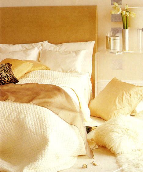 Különleges anyagokEgy romantikus hálószobának sem kell feltétlenül rózsaszín vagy levendula árnyalatokban pompáznia. Ebben a helységben az arany és a pasztellszínek dominálnak, a luxus és a romantika érzetét a különleges anyagok, a selyem és a szőrme biztosítják.Képek forrása: 101 hálószoba - Ötletek különféle stílusban, Alexandra Kiadó.