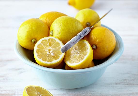 Ha valamelyik ruhádon vagy textílián éktelenkedik rozsdafolt, csepegtess rá egy kevés citromlevet, majd, miután hatott, szappanos vízben mosd ki. Ha a citromlevet sóval kevered össze, még hatékonyabb házi szert kapsz.