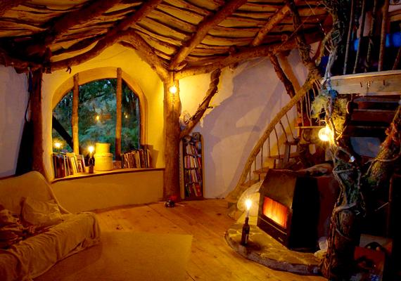 A házat kandallóval lehet fűteni, a víztakarékosság érdekében esővízgyűjtőt is felszereltek rá, a tetőn pedig napkollektor is helyet kapott.
