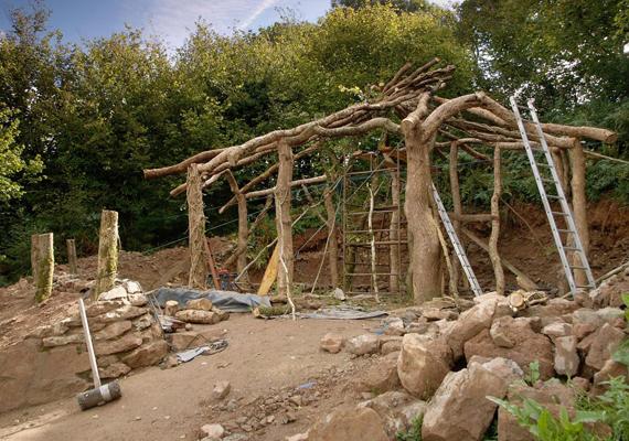 Alakul a ház szerkezete. Az építkezés során természetes anyagokat használtak, főként fát, a falakhoz pedig szalmát, mely a meleget is jól tartja.