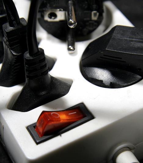 Készenléti áram kikapcsolása                         A készenléti áram jelenléte is növelheti a villanyszámlát, ezért a legjobb, ha mindig minden elektromos készüléket kikapcsolsz, például egy központi elosztó kapcsolójával áramtalanítod a tévét.