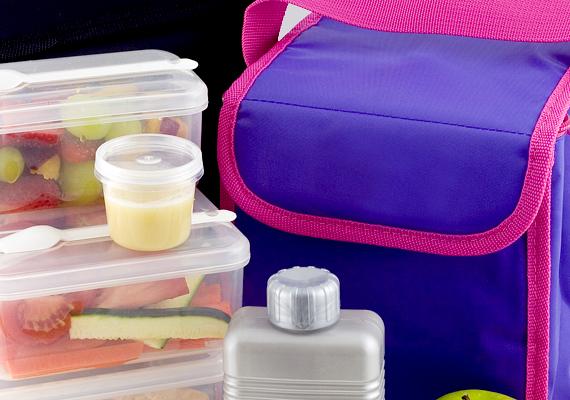 Nem kell jégakkut venned a hűtőtáskába, helyette ugyanis néhány félliteres, vízzel teli palack is megteszi, amennyiben lefagyasztod.
