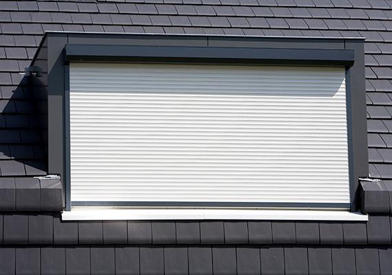 Ha van redőnyöd, használd, még akkor is, ha egyébként sötétítő függönnyel is el vannak látva az ablakok, a redőny ugyanis nemcsak nyáron szigetel, de télen is segít, hogy a hő nehezebben szökjön ki az ablakon át.