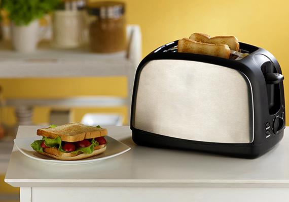 Az Energiapersely.hu szerint rengeteg energiát spórolhatsz meg, ha néhány szelet kenyér megpirításához vagy például a meleg szendvics elkészítéséhez nem a sütőt kapcsolod be, az ugyanis háromszor vagy négyszer annyi energiát is elhasználhat, mint például a kenyérpirító vagy a szendvicssütő.