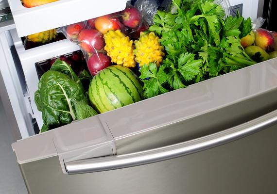 A nyár beköszöntével nem kell alacsonyabb hőmérsékletre állítanod a hűtőt, sőt, a fagyasztóban elég a -18 Celsius-fok, a hűtőtérben pedig az 5-6 Celsius-fok. Emellett ügyelj a rendszeres leolvasztásra, és ne nyitogasd túl sűrűn.