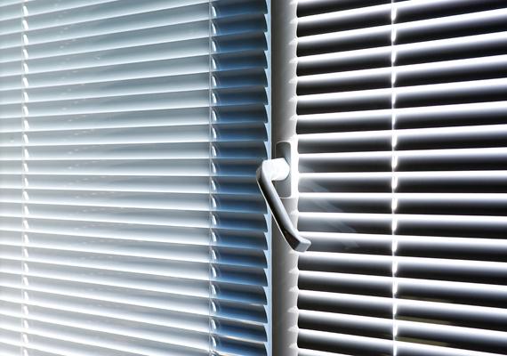 Nyáron komoly problémát okozhat a hőség, ha azonban nem szeretnél túl sok áramot felhasználni a ventilátor vagy esetleg a légkondi üzemeltetésére, egyszerűbb trükköket is bevethetsz. Első lépésként éjszaka mindig szellőztess, hogy lehűljön a lakás, nappal pedig lehetőleg húzd el a sötétítőfüggönyöket vagy a redőnyt, hogy a napsugarak nehezebben hatolhassanak be.