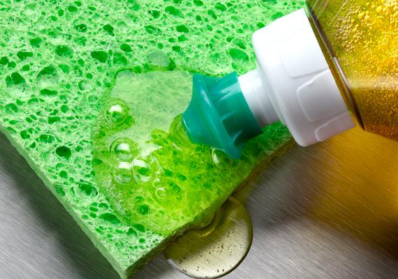 Szintén hatékony zsíroldószerként funkcionál, ha a mosogatószerhez adsz egy kevés ecetet, hogy így erősítsék egymás hatását.