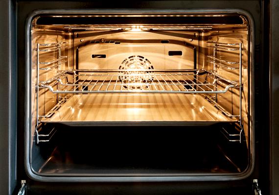 Fellazíthatod a sütőben található szennyeződéseket, ha egy hőálló tálba teszel másfél deci ecetet, valamint két és fél deci vizet, majd közepes hőfokra melegíted a sütőt. Hagyd hatni a keveréket húsz percig, majd várd meg, míg kihűl, és töröld át a sütő belsejét.