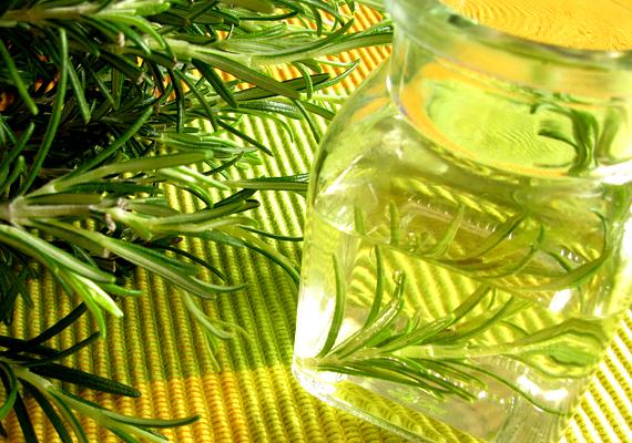 Az ecet az egyik legjobb szagtalanító, megszünteti a kellemetlen aromákat, maga az ecetszag pedig gyorsan elillan. Ecetes vízzel érdemes átmosnod a szemetest és a hűtő belsejét, emellett a tömítőgumiról se feledkezz meg.