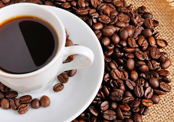 Hasonló hatást érhetsz el őrölt kávéval vagy kávébabbal is: nem véletlenül teszik ki a parfümériák polcaira, ugyanis semlegesíti a szagokat, illatokat.