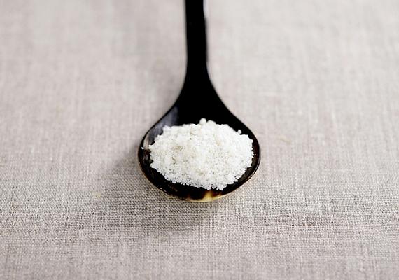 Már néhány evőkanál só is képes arra, hogy magába szívja a szagokat.
