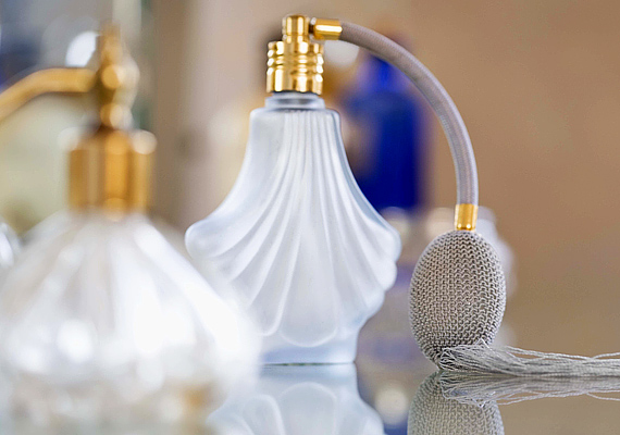 Egy vattalabdát itass át a kedvenc parfümöddel, és tedd bele a porszívóba. Mikor a családi és baráti látogatások után felporszívózol, az illat szétárad a lakásban, így két legyet üthetsz egy csapásra.
