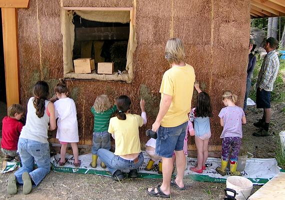 A szalmabálaházak építését gyakran végzik kalákában.
