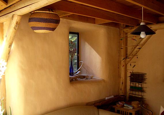 Arról, hogy a ház szalmabálából épült, árulkodnak az átlagosnál vastagabb falak.