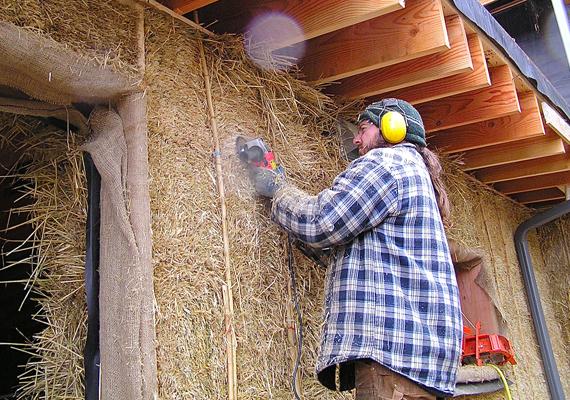 A ház vázát általában fagerendák adják, a szalmabálák pedig a falakat alkotják - a belső falakat nem feltétlenül. A ház oldalait általában agyaggal vakolják be.