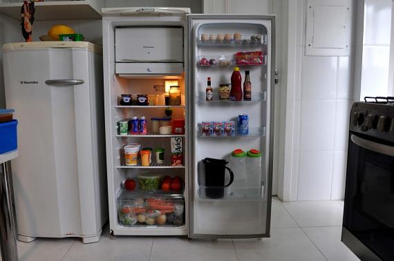 Ha egy kis tálkányi szegfűszeget egy éjszakára a hűtőbe raksz, garantáltan búcsút inthetsz a kellemetlen szagoknak. Ez az erős illatú fűszer a rosszul tárolt ételek által hagyott kellemetlen szag ellen remek módszer lehet, mivel magába szívja azokat, és a saját kellemes aromájával tölti be a hűtőt.