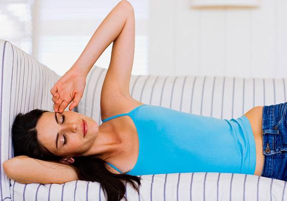 A szén-monoxid-mérgezés egyik első tünete az álmosság. Ha egyre bágyadtabbnak érzed magad, de ennek nincs különösebb oka, nyisd ki az ablakot, és menj ki minél hamarabb friss levegőre, nehogy elveszítsd az eszméletedet.