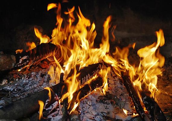 Fafűtésű rendszereknél érdemes drágább, de jobb minőségű tüzelőanyagot venni, mert ha nem ég el rendesen, az szintén túlzott szén-monoxid-kibocsátáshoz vezethet.
