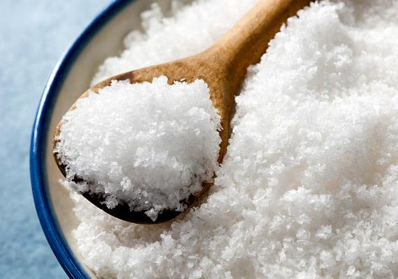 Vannak szerek, amelyek a megelőzésben segítenek, a sónak például az a nagyszerű tulajdonsága, hogy magába szívja a nedvességet, így segítségével elejét veheted a penész kialakulásának. Egy-egy kis tálkával rakj ki belőle a lakás legpárásabb pontjaira.